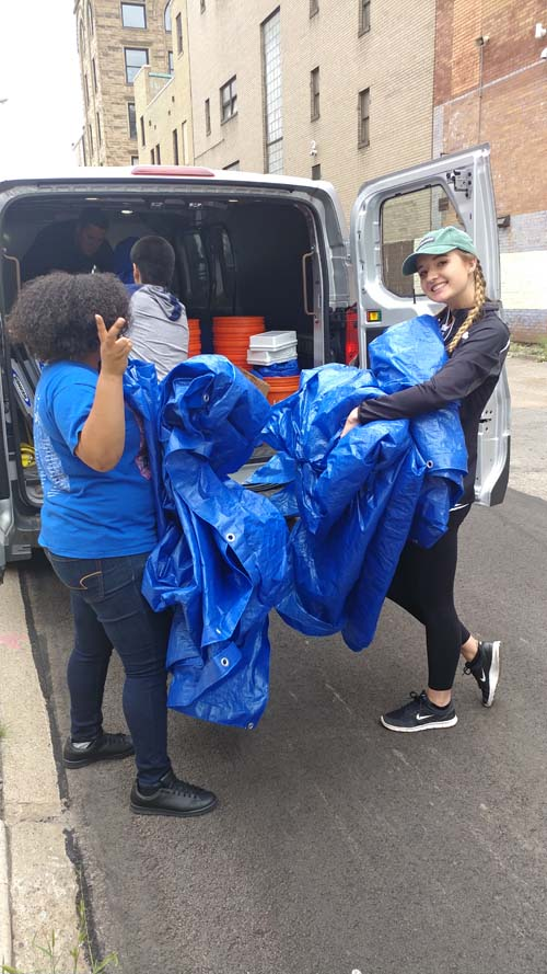2017 SYPIP Interns Kelis Campbell and Natalie Weida volunteering at 412 Food Rescue in East Liberty (Photo by Amma Ababio).